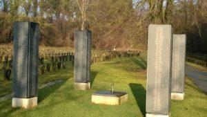 Auf den vier im Jahr 2013 errichteten Namenstafeln stehen insgesamt 1342 Opfernamen in alphabetischer Reihenfolge. Elf Opfer bleiben anonym.