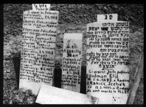 Überlebende gedachten ihren ermordeten Kameraden, April 1945