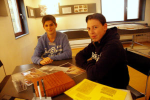 Die aktuellen SE_Praktikanten (2016/17) Jann Steiger und Oliver Kaiser in der Gedenkstätte